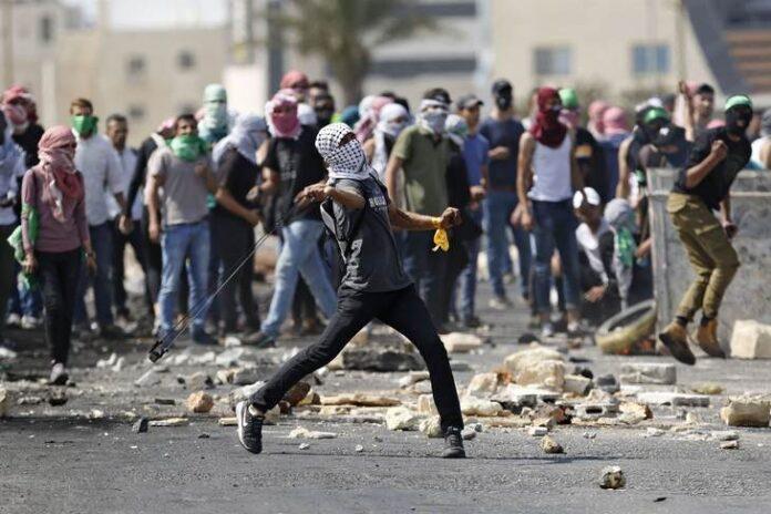 Palestine Protesters throwing rocks